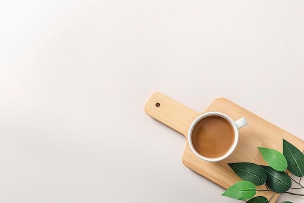 Bovenaanzicht van koffiekopje op houten snijplank met kopie ruimte
