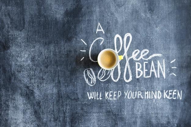 Bovenaanzicht van koffiekopje op sms-bericht over het schoolbord