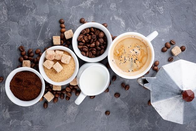 Bovenaanzicht van koffiekopjes en bonen