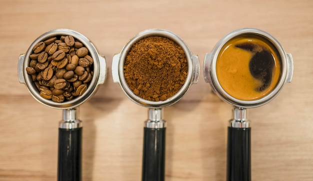 Bovenaanzicht van koffiemachine cups met verschillende stadia van koffie