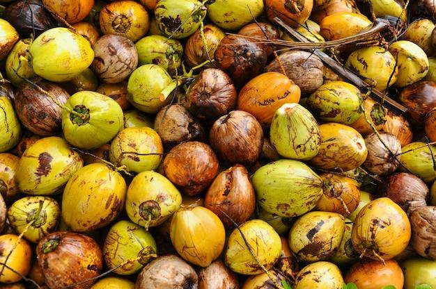 Bovenaanzicht van kokosnoten weergegeven op de markt