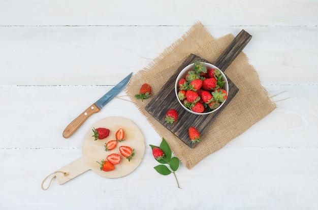 Bovenaanzicht van kom en bord met aardbeien