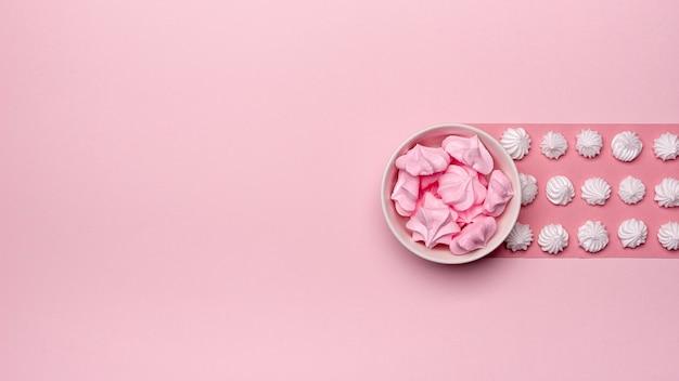 Bovenaanzicht van kom meringue met kopie ruimte