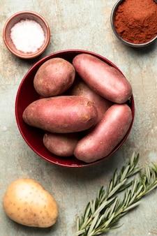 Bovenaanzicht van kom met aardappelen en specerijen