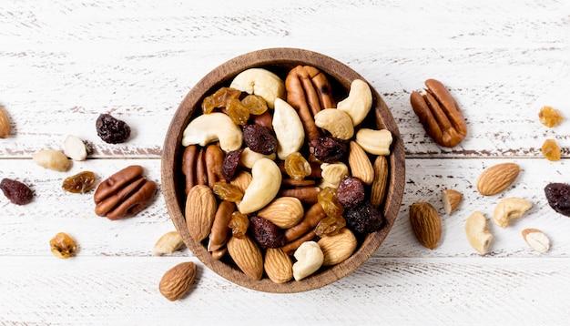 Bovenaanzicht van kom met assortiment van noten