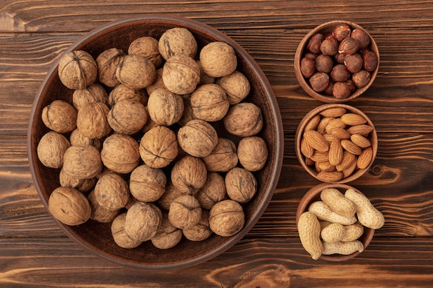 Bovenaanzicht van kom met walnoten en andere noten