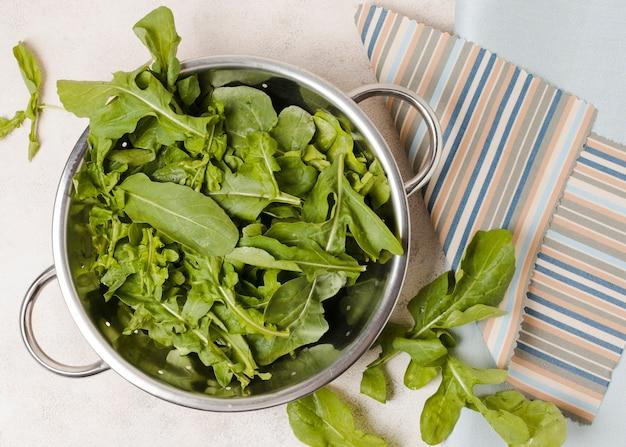 Bovenaanzicht van kom salade op doek