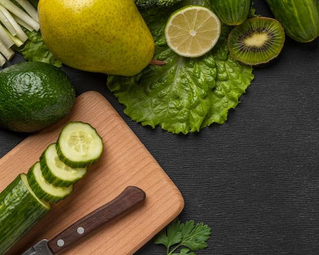 Bovenaanzicht van komkommer met peer en kopieer de ruimte
