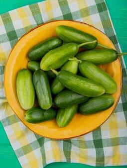 Bovenaanzicht van komkommers in plaat op doek en gre