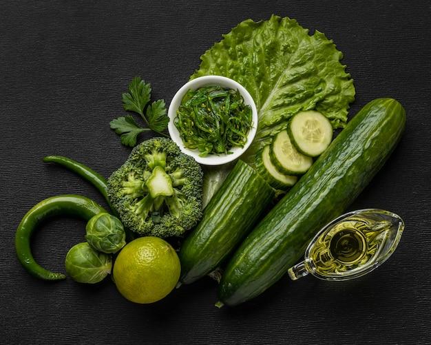 Bovenaanzicht van komkommers met broccoli