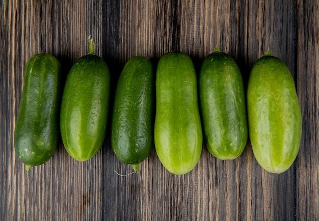 Bovenaanzicht van komkommers op hout