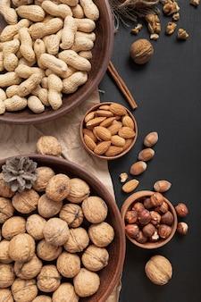 Bovenaanzicht van kommen met pinda's en andere noten