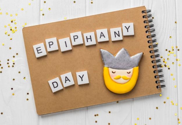 Bovenaanzicht van koning met notitieboekje voor epiphany-dag