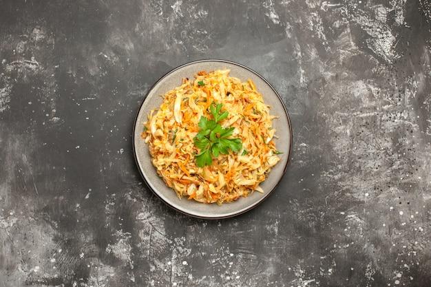 Bovenaanzicht van kool de smakelijke kool met wortelen en kruiden