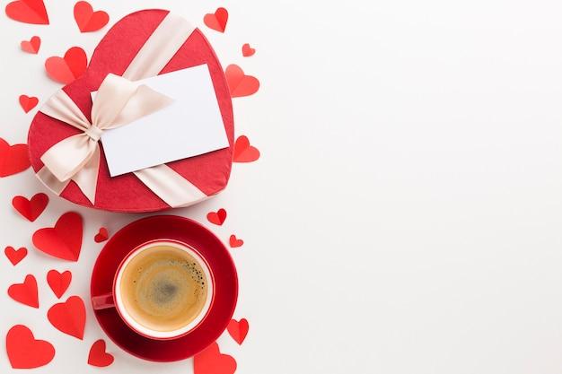 Bovenaanzicht van kopje koffie en valentijnsdag geschenk