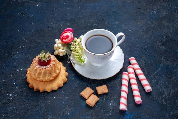 Bovenaanzicht van kopje koffie met roze stok snoepjes en cake op blauw, cake zoete koekje koffiedrank