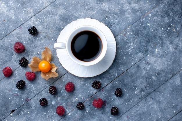 Bovenaanzicht van kopje koffie met verschillende bessen op grijs, bessen fruit koffie drinken kleurenfoto