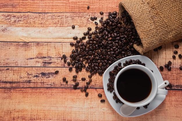 Bovenaanzicht van kopje koffie op houten tafel