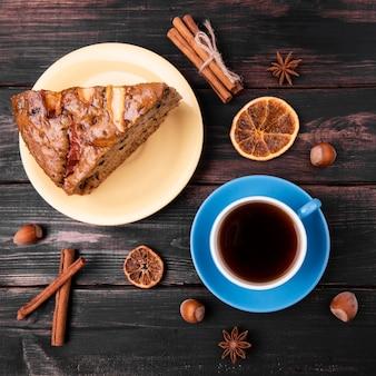 Bovenaanzicht van kopje thee en cake slice