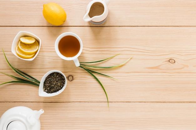 Bovenaanzicht van kopje thee en waterkoker