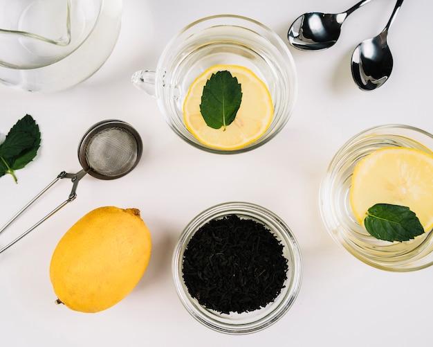 Bovenaanzicht van kopjes thee en citroen