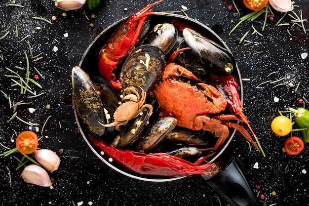 Bovenaanzicht van krab en mosselen in pan met garnalen