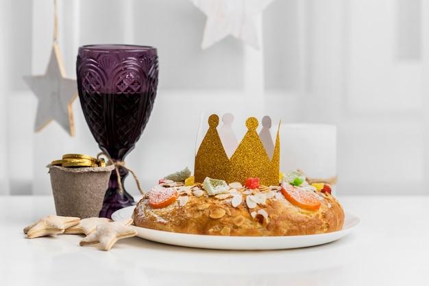 Bovenaanzicht van kroon met dessert voor epiphany dag