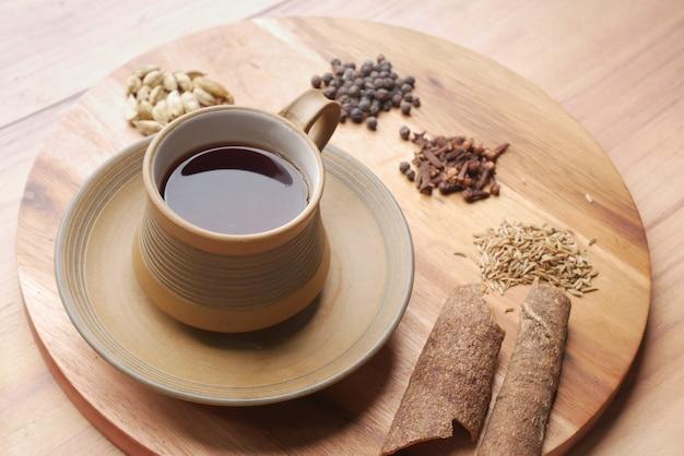 Bovenaanzicht van kruidenthee en ingrediënt op tafel