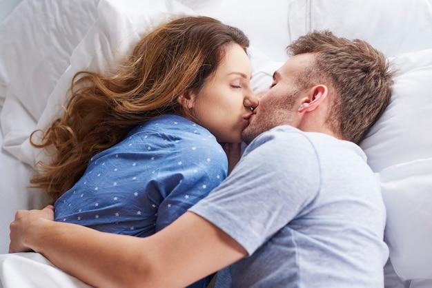 Bovenaanzicht van kussend paar