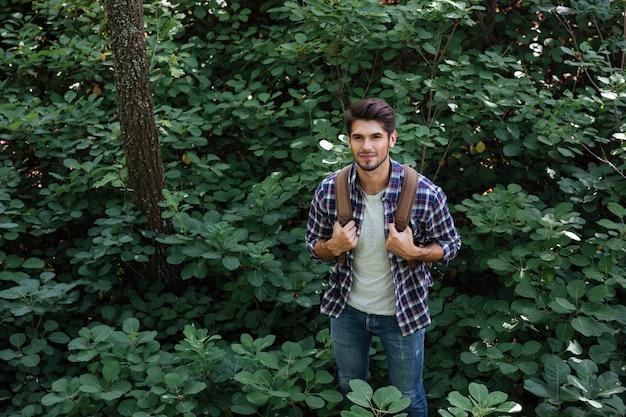 Bovenaanzicht van lachende man in bos