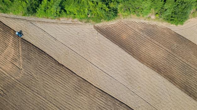 Bovenaanzicht van landbouwtrekker voertuigen werken op veld