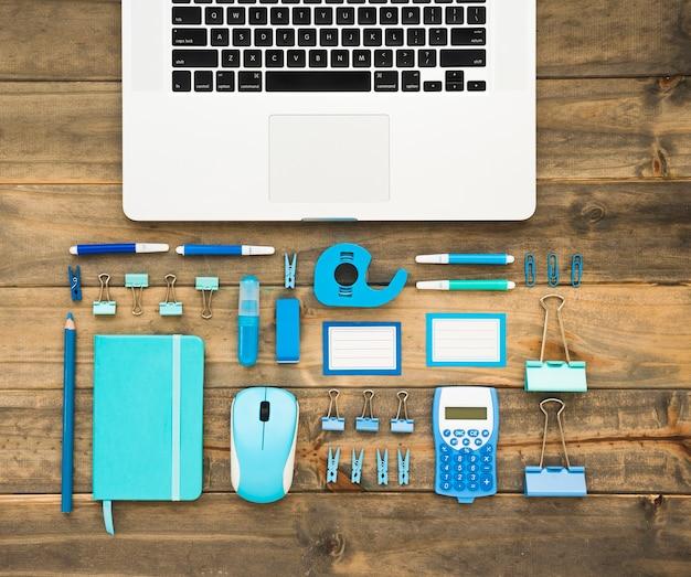 Bovenaanzicht van laptop en benodigdheden