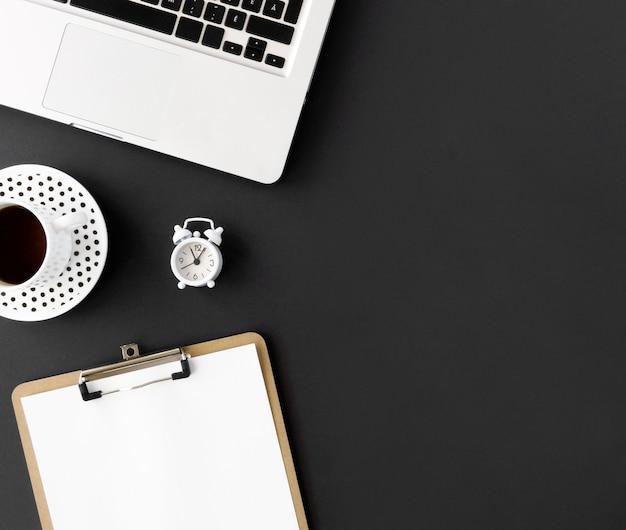 Bovenaanzicht van laptop en kladblok voor cyber maandag