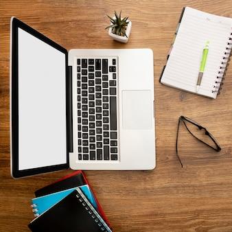 Bovenaanzicht van laptop en notebooks op kantoorwerkruimte