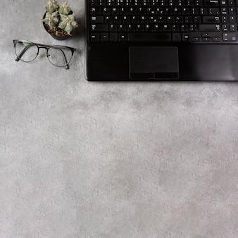 Bovenaanzicht van laptop en pop met kopie ruimte