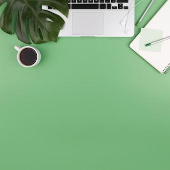 Bovenaanzicht van laptop met koffie en planten