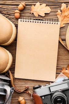 Bovenaanzicht van laptop met laarzen en herfstbladeren