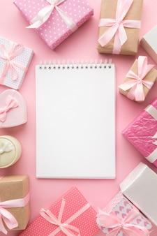 Bovenaanzicht van laptop met roze geschenken