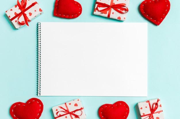 Bovenaanzicht van laptop omringd met geschenkdozen en harten