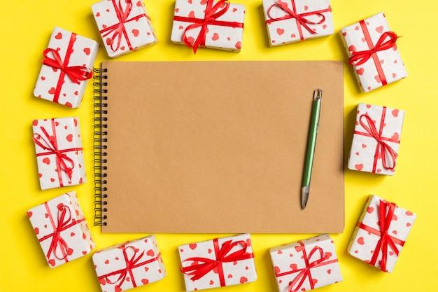 Bovenaanzicht van laptop omringd met geschenkdozen