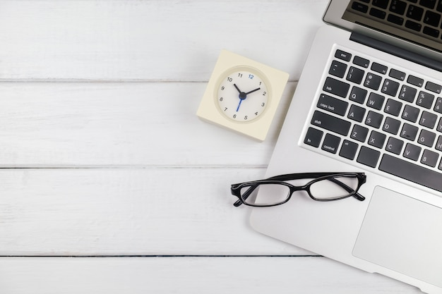 Bovenaanzicht van laptop op witte houten tafel