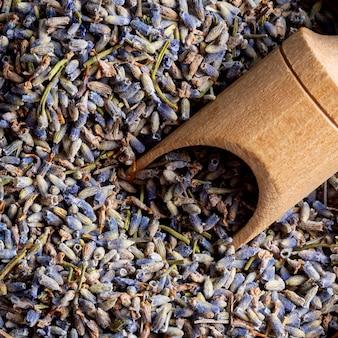 Bovenaanzicht van lavendel met lepel