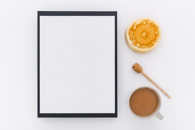 Bovenaanzicht van leeg menu met pannenkoeken en honing