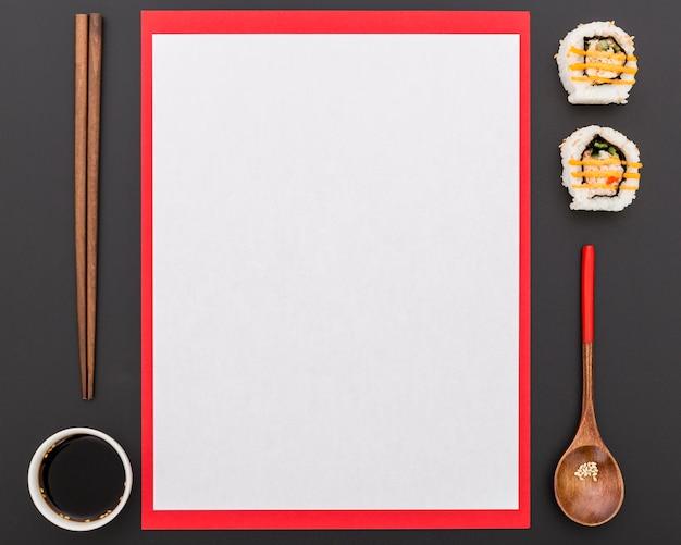 Bovenaanzicht van leeg menu met sojasaus en sushi