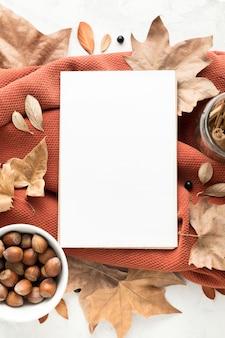 Bovenaanzicht van lege bordje met herfstbladeren en kastanjes