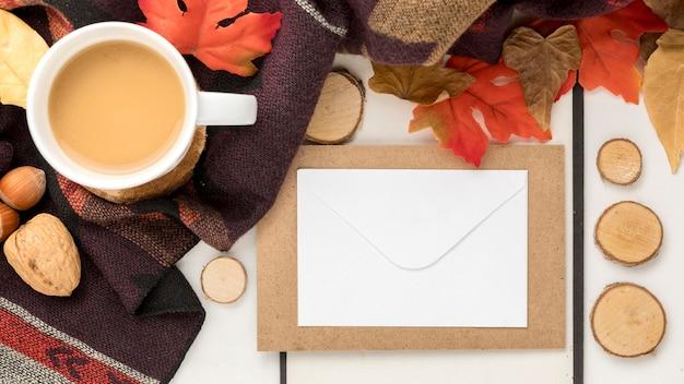 Bovenaanzicht van lege bordje met herfstbladeren en koffie