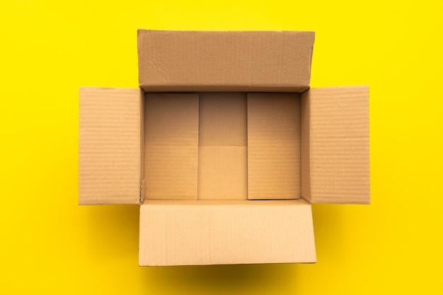Bovenaanzicht van lege bruine kartonnen doos