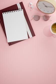 Bovenaanzicht van lege notebook boek glazen klok en kopieer ruimte op roze achtergrond 3d-rendering 3d illustratie