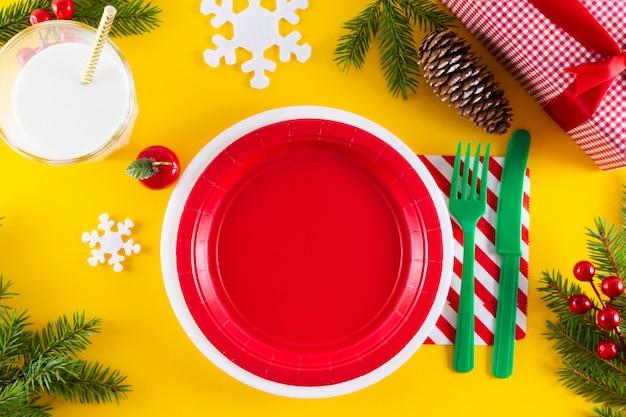 Bovenaanzicht van lege rode kerst plaat.