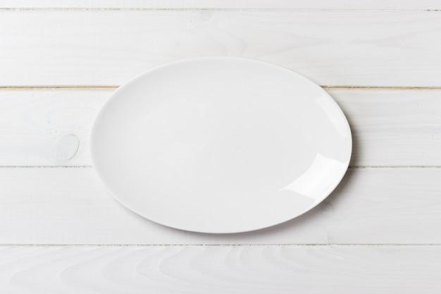 Bovenaanzicht van lege witte voedselplaat